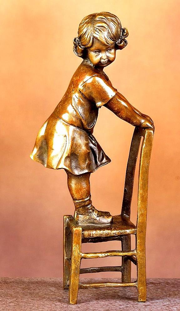 Sculpture-Fillette-debout-sur-une-chaise1