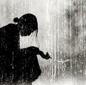 Femme fumant sous la pluie1